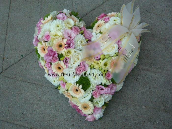 Coeur en fleurs variées pour deuil