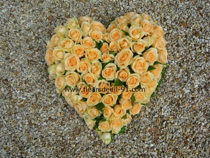 Coeur en roses pèche pour deuil
