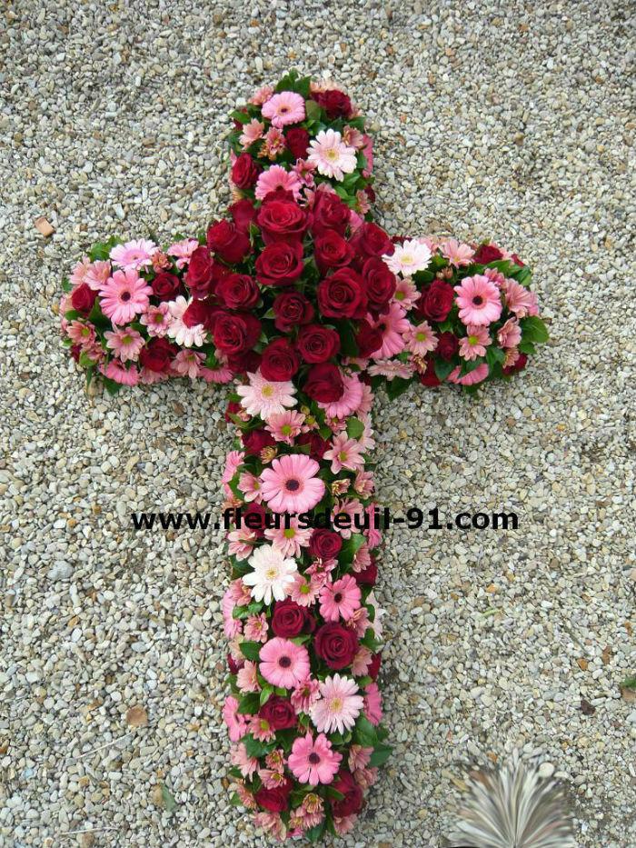 Croix deuil tons rose et rouge  par Nedellec-Rivière Etampes pour fleurdeuil-91