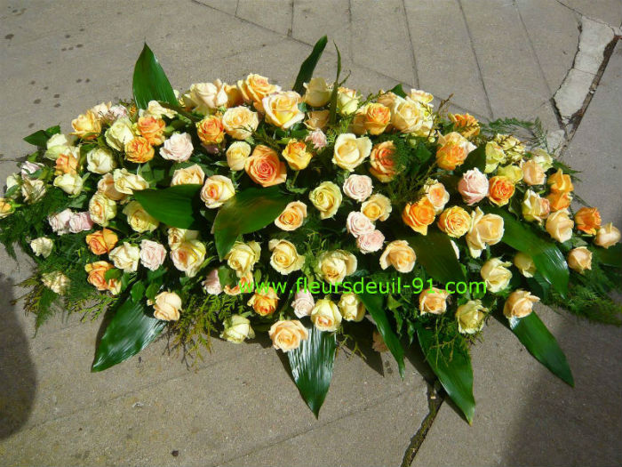 Dessus de cercueil tout en roses pèche, deuil